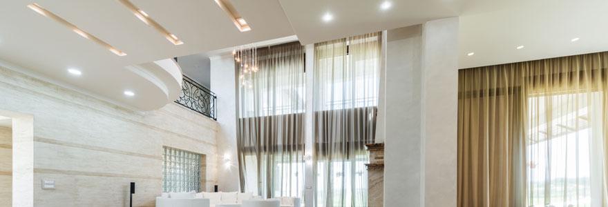 salon intérieur éclairé par des spots LED encastrés au plafond